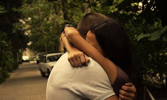 Картинки девушка и парень обнимаются